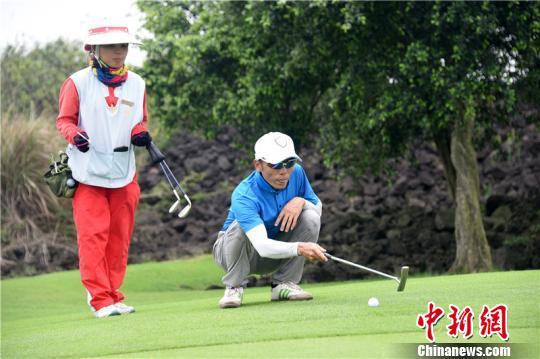 """作为中国最具知名度的高尔夫赛事之一,2015年""""海南公开赛""""全球巡回推广赛启动仪式暨首站比赛,今天在海口观澜湖高尔夫球会五号球场拉开帷幕,标志着该项赛事开始了新赛季的征程。图为选手比赛瞬间。 尚显超 摄"""