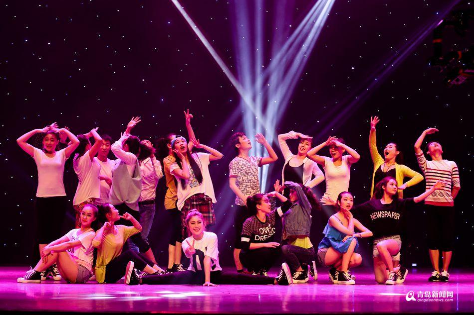 青岛大学音乐学院舞蹈系2011级学子在青大剧院举行毕业专场晚会.