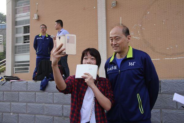 图文:福建女排推广排球 学生与胡进自拍