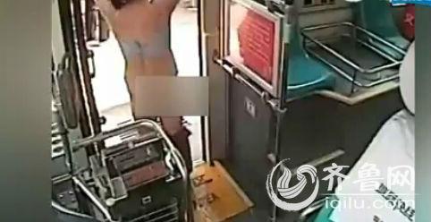 女子突然脱光衣服。(视频截图)