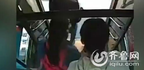 乘客们吓得纷纷逃离。(视频截图)