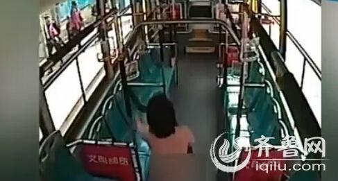 裸女淡定走在公交车上。(视频截图)
