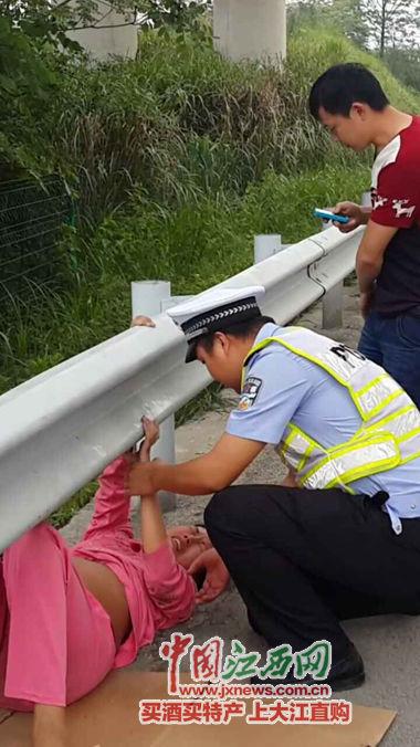 一妊妇乘坐的线上配资 半路抛锚,交警疾速赶到将妊妇送往病院