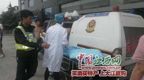 在前往病院的路上,妊妇便在交警车内产下一子