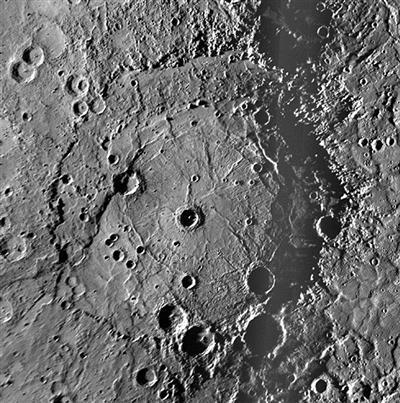 """""""信使""""号2008年第二次飞掠水星期间在水星上发现了一个直径约750公里的伦勃朗撞击坑。"""