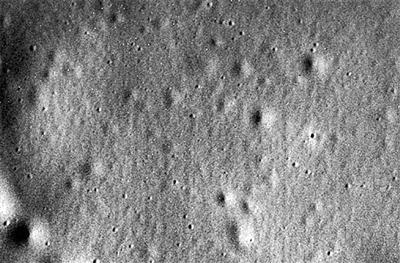 """""""信使""""号撞击水星表面前传回的最后图片。"""