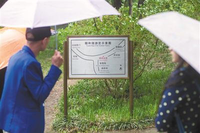 北京部分公园路牌英文翻译掺拼音 磨损难辨认