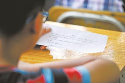 川师实验外国语学校,学生正在阅读抽到的面试问题.-成都市民办学