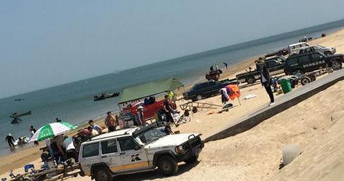 景区沙岸停了车辆