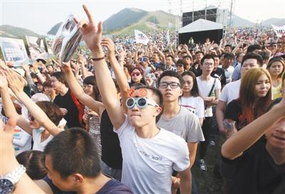 昨天,近3万人涌入平谷音乐季现场,感受草地上的音乐狂欢节。主办方介绍,由于受5月1日天气影响,音乐季真正的客流高峰出现在昨日,今天是本届平谷音乐季的最后一天。