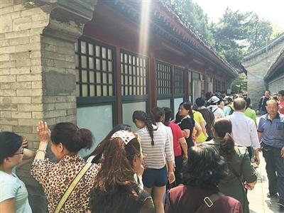 昨日,颐和园,位于仁寿殿附近的一处卫生间女厕所前排起近十米长队。这里靠近东宫门,游客较多。
