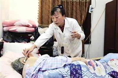 瞽者大夫蔡美岐为田婆婆的伤口消毒。