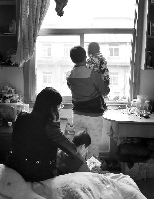 壮壮想到外面玩,但是怕感染,只能在窗口看风景,奥奥则在房间里玩平板