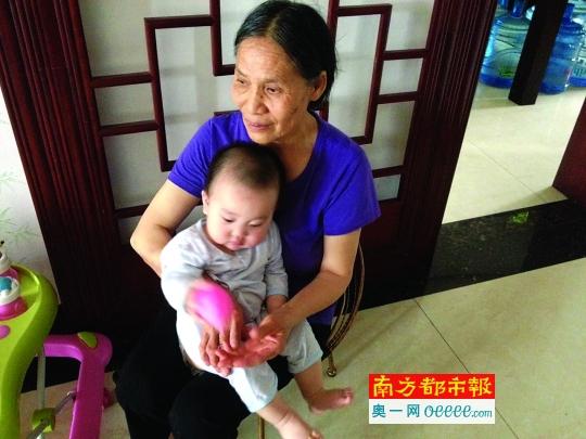 家住东莞南城金域地方社区的王姨妈与孙子被困电梯9小时,幸无大碍。南都记者 何永华 摄