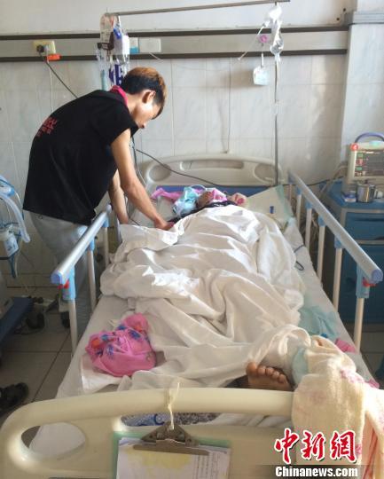 5月3日,家眷在合浦县公民病院内关照伤者劳某豪。 陈燕 摄