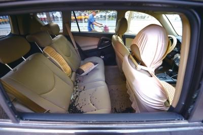 停在路边的车辆右后车窗被砸,玻璃散落车内。京华时报记者赵思衡摄