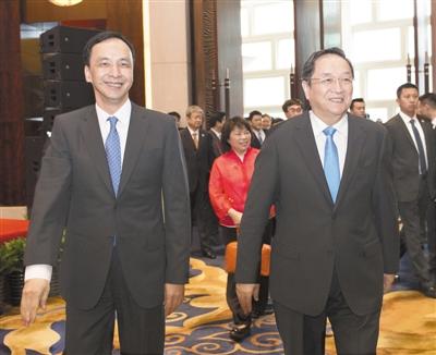 昨天,上海浦东,俞正声与朱立伦独特步入第十届两岸经贸文明论坛会场。新华社记者 王晔 摄