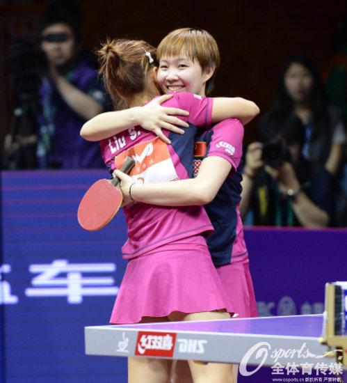 刘诗雯/朱雨玲庆祝比赛胜利
