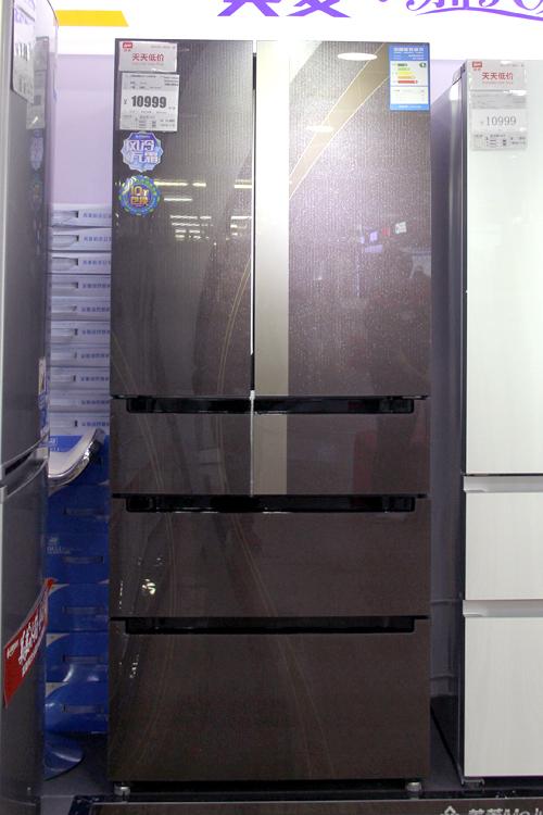 美菱全新雅典娜多门冰箱BCD-418WP9B,整体无边框棕色钢化玻璃面板稳重大气,高低温油墨分层立体印刷技术,凸显产品气质魅力。还采用了时尚主流的电脑操控面板,并搭配在冷藏门右边框中。土豪金底色衬托出超大的显示数字,在冰箱显示状态亮起后,尽显产品高贵本色。