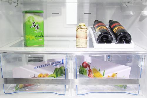 美菱雅典娜多门冰箱中间层是速冻室和变温室,其中变温室的容积为20升,并提供精确的温度调节,左半部分的速冻室可以快速冷冻食物,内置的冻结铝板可实现快速制冷。