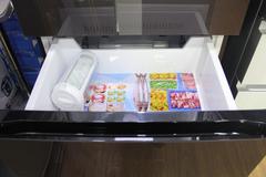 冰箱下半部分为冷冻室,冷冻抽屉采用了双层设计,提供了更多的贮存空间。冰箱抽屉全部采用内嵌式把手设计,符合人体工程学原理,拿取食物更加方便自如。