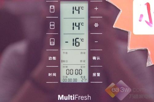 这款博世KMF40S50TI多开门冰箱采用了超大显示屏操控区,根据三个温室的区间划分为:冷藏室、维他保鲜室、冷冻室。超大数码显示,冰箱内部工作状态一目了然。