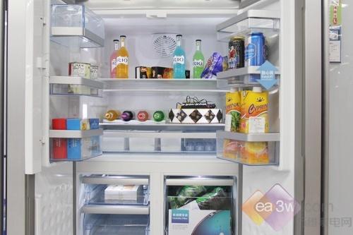 这款博世KMF40S50TI多门冰箱的冷藏室,整体空间宽敞明亮,变频风扇可以自动控制开启及控制运行速度,均匀将室内冷气均匀分配到各个角落,保持食物之间恒定的温度和湿度,并提供良好的冷藏、贮藏环境,为食物保存时间提供了充足的保障。
