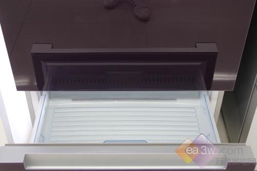 冷冻室总容积达到了105L,每个抽屉都可以进行单独拆卸,便于日常维护与擦洗。冷冻托盘可以储存超市买来的生鲜肉类制品,而底部抽屉可以储存较大的食物,也能容纳更多食物的贮藏需求。