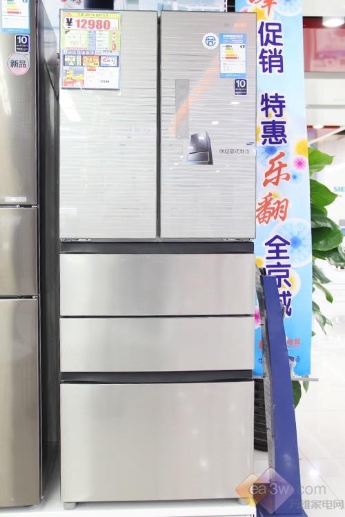 这款三星多门冰箱的冷藏门面板,特有的炫彩装饰纹样设计,酷似斑马纹理,犹豫水波纹般荡漾。电脑显示面板设置于冷藏门右侧,超大的数码显示界面易于操作,还有更多人性化功能设置提供使用。