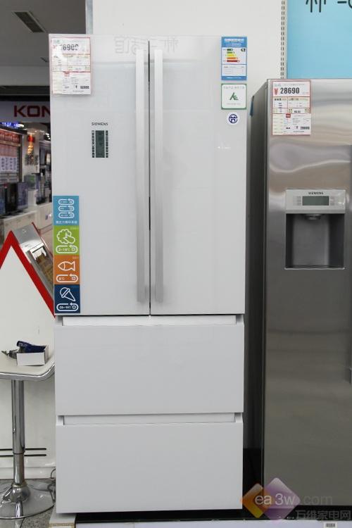 这款西门子零度多门冰箱KM40FS20TI的外观设计获得了多项顶级大奖,优雅的湖影白整体机身,纯色钢化玻璃面板衬托着点阵式波点图案,彰显简约大气的外观品质。