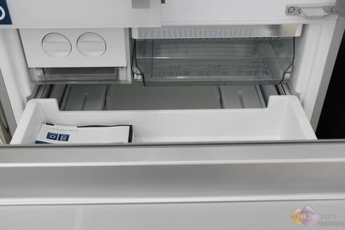 每个抽屉都可以进行单独拆卸,便于日常维护与擦洗,冷冻室配备了105L超大量的储存容积,可以储存较大的食物。18KG超强冷冻能力,更好锁住食物营养,借助于独立三循环制冷系统的发挥,让食物快速通过冰晶生成带,避免食物冻不住的现象发生。