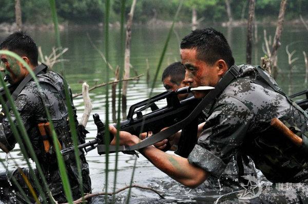 资料图:解放军侦察兵演练高强度特种作战。