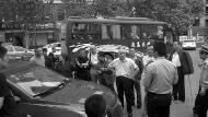 华商报讯(记者 李小博)在斑马线上撞到多人后,女司机驾车逃离,领前被善意市民驾车逼停,女司机称本人并未看到有人被撞,而车前引擎盖和前风挡玻璃均有碰击陈迹。今朝该女司机涉嫌闹事逃逸被行政扣留。