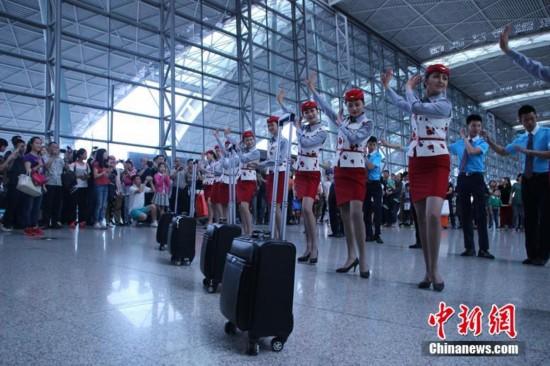 """""""五一""""小长假的末了一天,成都双流世界机场人来人往。忽然,跟着动感的音乐,一群准空姐、准空少出如今了机场T2动身大厅,并跟着音乐跳起了小苹果跳舞。"""