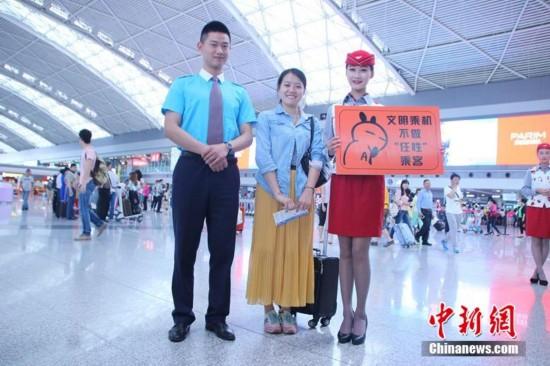 """图为空姐空少机场热舞小苹果,呐喊不做""""率性""""搭客。 何浠摄"""
