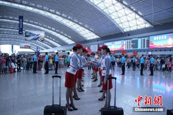 """图为空姐空少机场热舞小苹果,呼吁不做""""任性""""乘客。 何浠 摄"""
