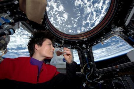 图为这名女宇航员在品尝咖啡。