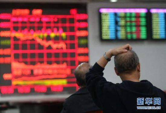 5月5日,股民在上海一家证券营业部内关注股市行情。当日,沪深股市大跌,沪指报收于4298.71点,跌幅为4.06%;深证指报14233.10点,跌幅为4.22%。 新华社