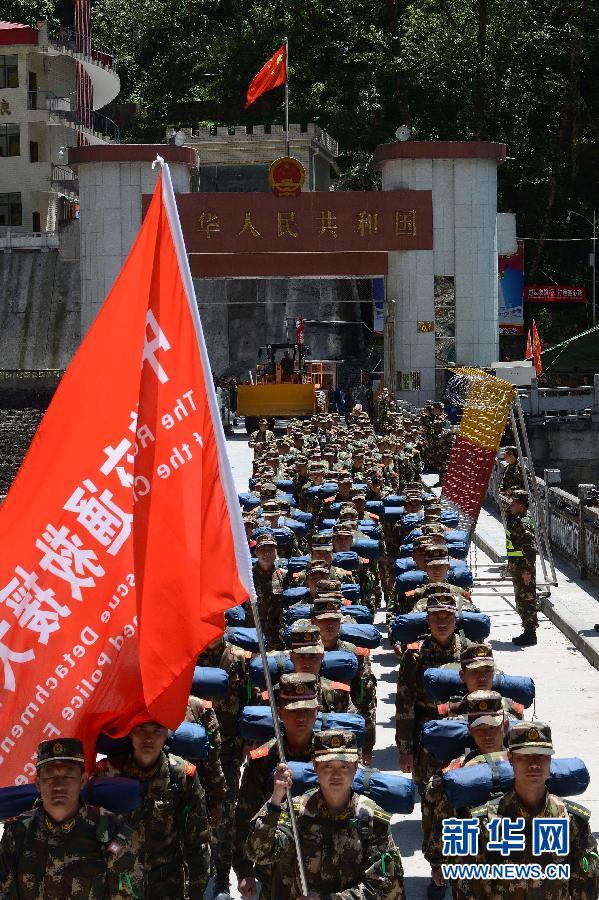 5月3日13时20分,中国武警交通救援大队的官兵从樟木口岸跨过友谊桥