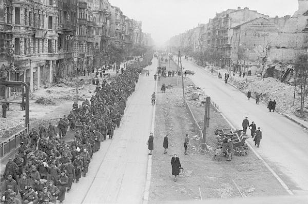 苏军攻克柏林之后,押着德军战俘从街道上走过。