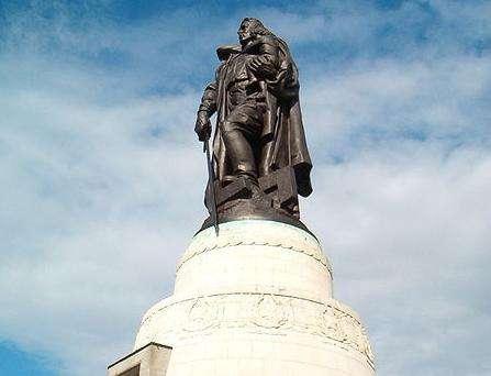 柏林特雷普托公园的苏维埃战争纪念碑。