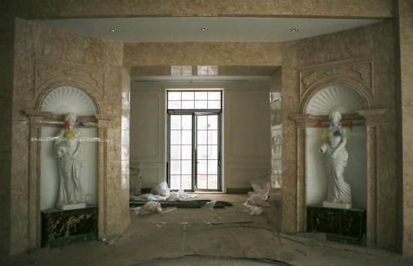 类似会所的地下一层有断臂维纳斯雕塑,地下室面积约为3000平。 澎湃新闻记者 贾亚男 图