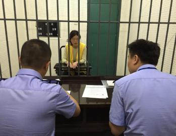 闹事砂石车车主赵某某承受警方问讯。