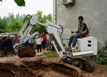 5日,代元武在家门口展现了他的自造发掘机。 唐明润摄
