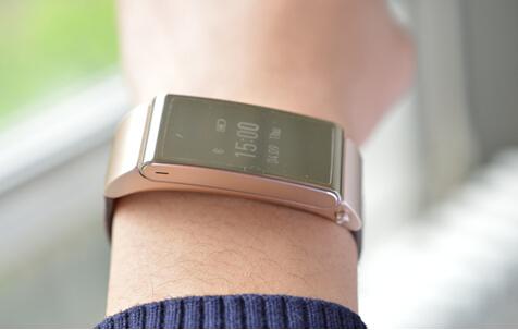 """每当下班,提着公文包走在路上,只需要轻轻的抬起手腕,华为手环B2的显示屏就会亮起,和佩戴普通手表一样查看时间,如果想查看""""我的运动信息"""",只需屏幕点亮后,翻动手腕,手环的页面即可切换,尽显智能。"""