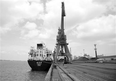 图为一艘海轮停靠钦州港勒沟码头装运货物。 新华社记者 张爱林摄
