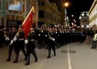 解放军高唱喀秋莎过红场 俄民众一片欢呼(图)
