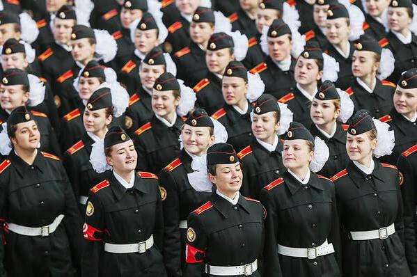 资料图:俄罗斯士兵方阵进行阅兵彩排的美女大兵