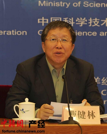 """中新网5月6日电 """"近年来中国创业生态环境不断优化,创业观点与时俱进,创业成本和门槛大大降低,带动产生了大众创业、草根创业的众创现象。"""" 科技部副部长曹健林6日指出,以互联网+为核心的创新创业正催生出智能制造、互联网金融、互联网教育等新型业态。"""