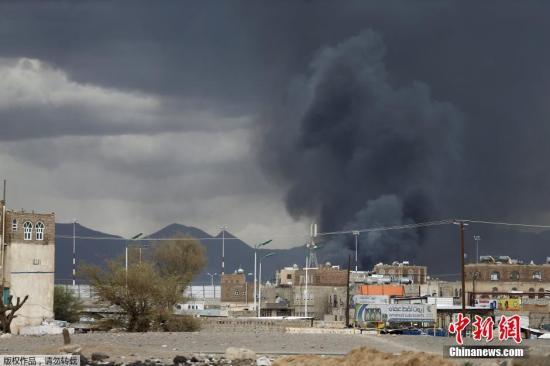 材料图:本地时刻2015年5月4日,也门都城萨那,受到空袭后的也门世界机场冒出浓烟。